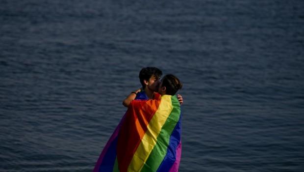 Deux hommes s'embrassent près de la rivière Tage à Lisbonne (Portugal), le 17 juin 2017. PATRICIA DE MELO MOREIRA / AFP